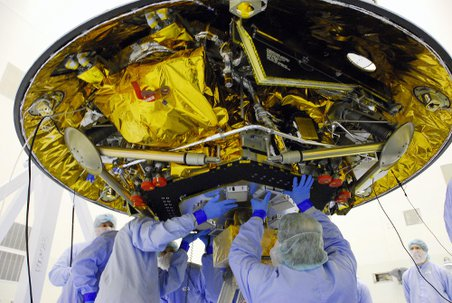 Workers begin integrating and testing the Phoenix spacecrafts landing radar during clean room processing. Credit: NASA/George Shelton