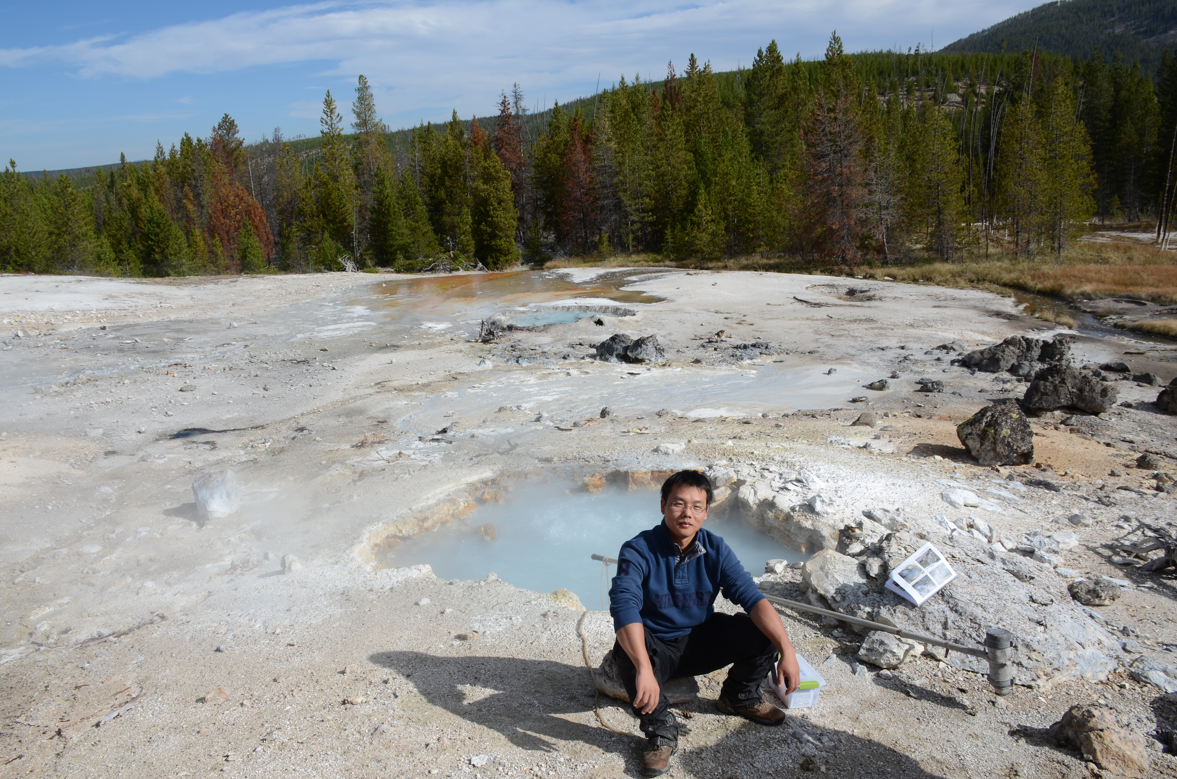 Lead author, Changyi Zhang, collecting samples in September 2014 at a hot spring in Yellowstone National Park. Image credit: Zhang et a. (2016)/University of Illinois at Urbana-Champaign