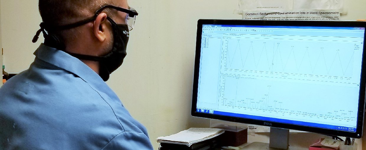 Co-author Fnu Mahipal performing the mass analysis of a reaction of pyruvate and glyoxylate in Krishnamurthy lab.